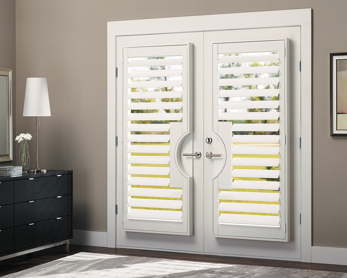 hunter-douglas-heritance-wood-door-shutters-truview_bedroom.jpg